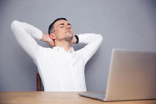 uomo rilassato davanti al computer